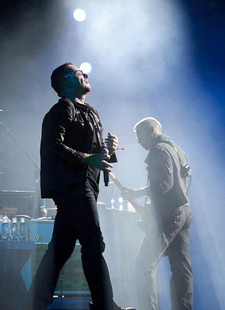 Keep smiling, Bono