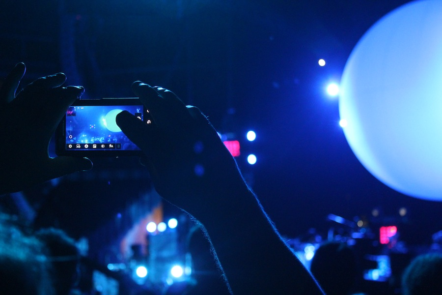 A Smashing Pumpkins fan tries to get the perfect iPhone shot